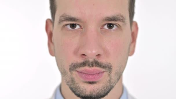 Nahaufnahme eines jungen, lächelnden Mannes, weißer Hintergrund