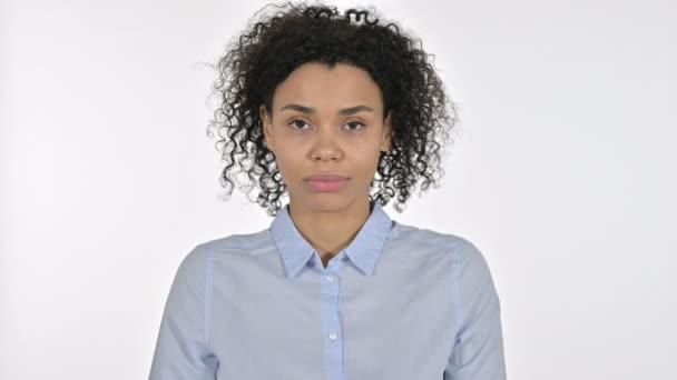 Porträt einer wütenden jungen Afrikanerin, die laut schreit