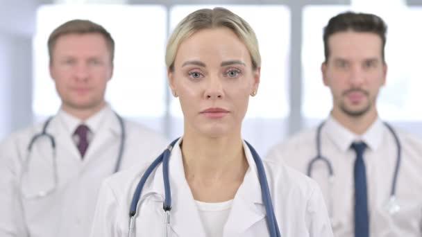 Porträt einer fröhlichen Ärztin, die Daumen nach oben zeigt