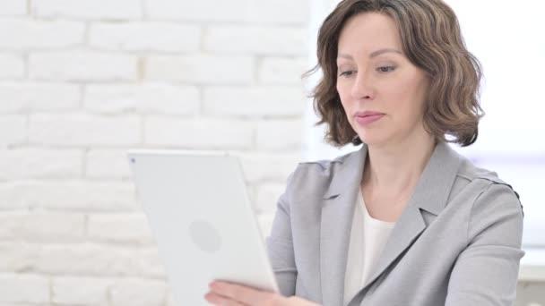 Alte Frau beim Videochat auf dem Tablet