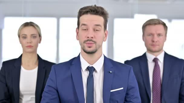 Porträt eines professionellen Geschäftsmannes beim Videochat mit seinem Team im Büro