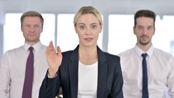 Porträt einer attraktiven Geschäftsfrau beim Videochat mit Team im Büro