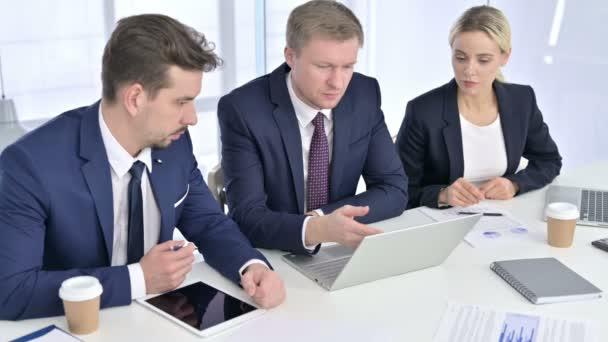 Ambiciózní obchodní tým Diskuse o práci na notebooku