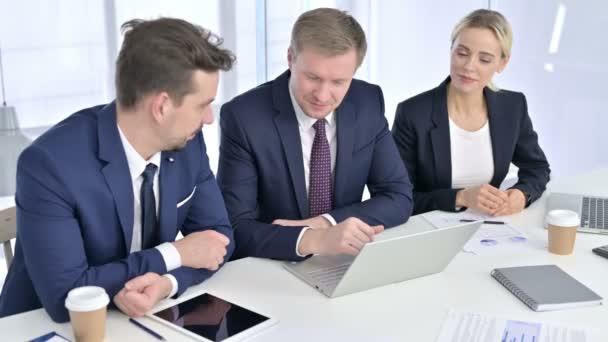 fröhliches Business-Team beim Videochat am Laptop