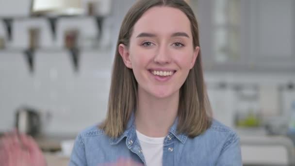 Portré gyönyörű fiatal nő érzés izgatott és tapsoló
