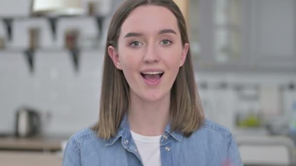 Porträt einer verspielten jungen Frau, die in die Kamera zeigt