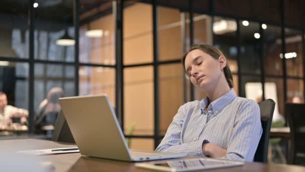 fáradt fiatal nő alvás munkában
