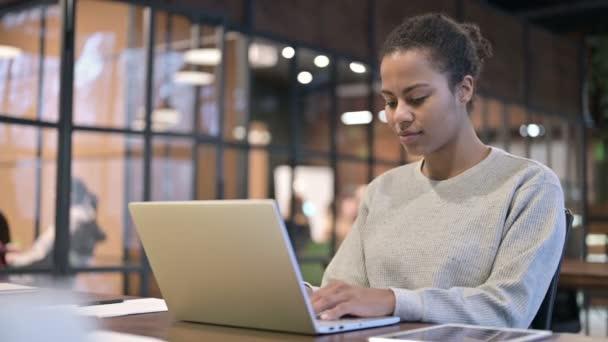 Afrikai nő gépelés laptopon, Online munka