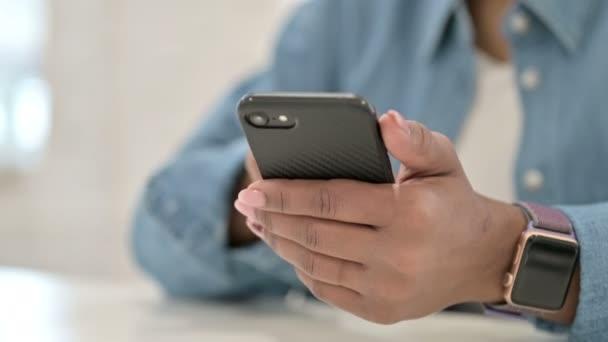 Nahaufnahme der Hand einer Afrikanerin mit Smartphone