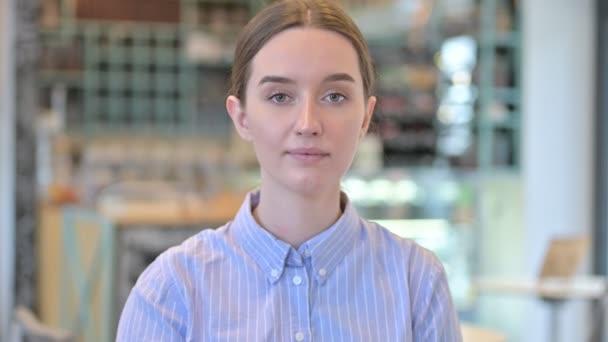 Porträt des fliegenden Kusses einer attraktiven jungen Geschäftsfrau