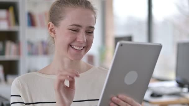 Portrét video chatu na tabletu od mladé ženy