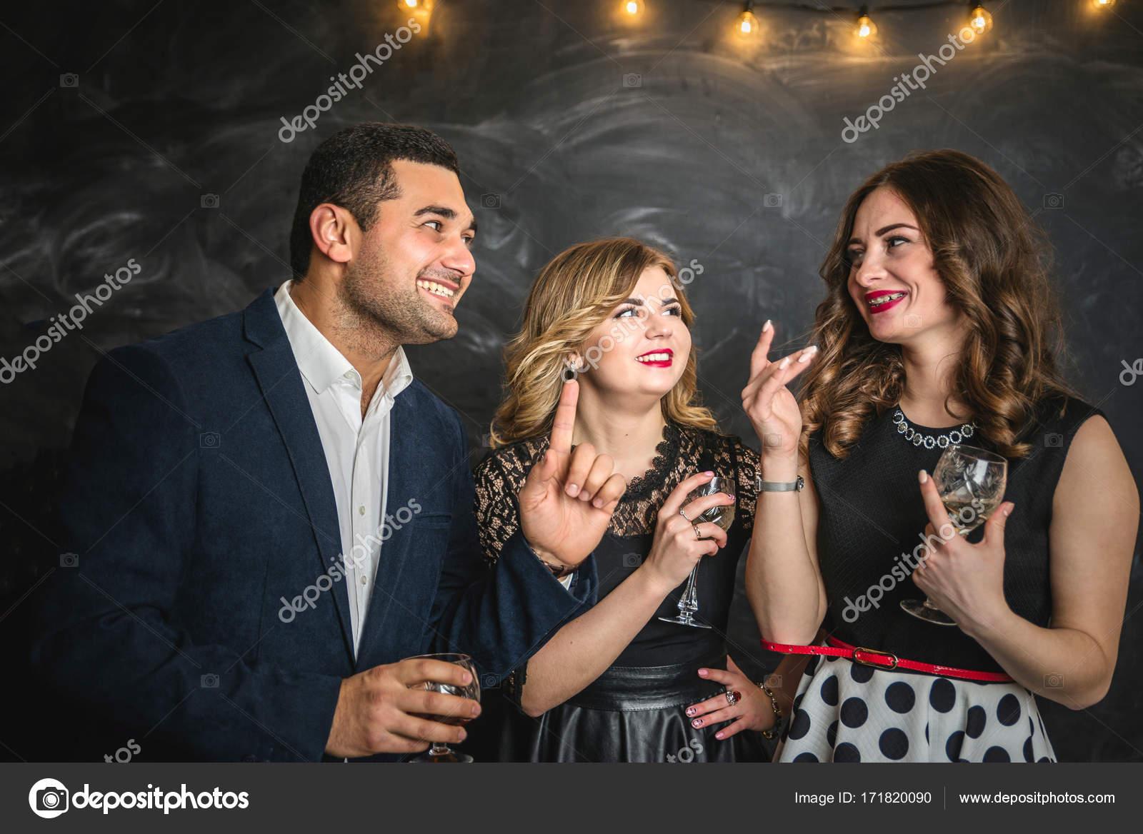 Мужчина и две девушки — photo 15