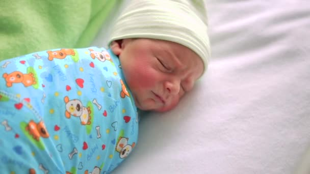 Novorozené dítě v nemocničním pokoji. Dítě spí v nočním kočárek. Malý chlapec