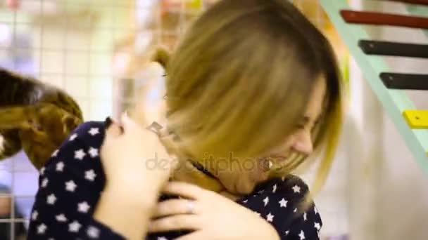 Hnědá kočka uteče z rukou Asijské žena ženy