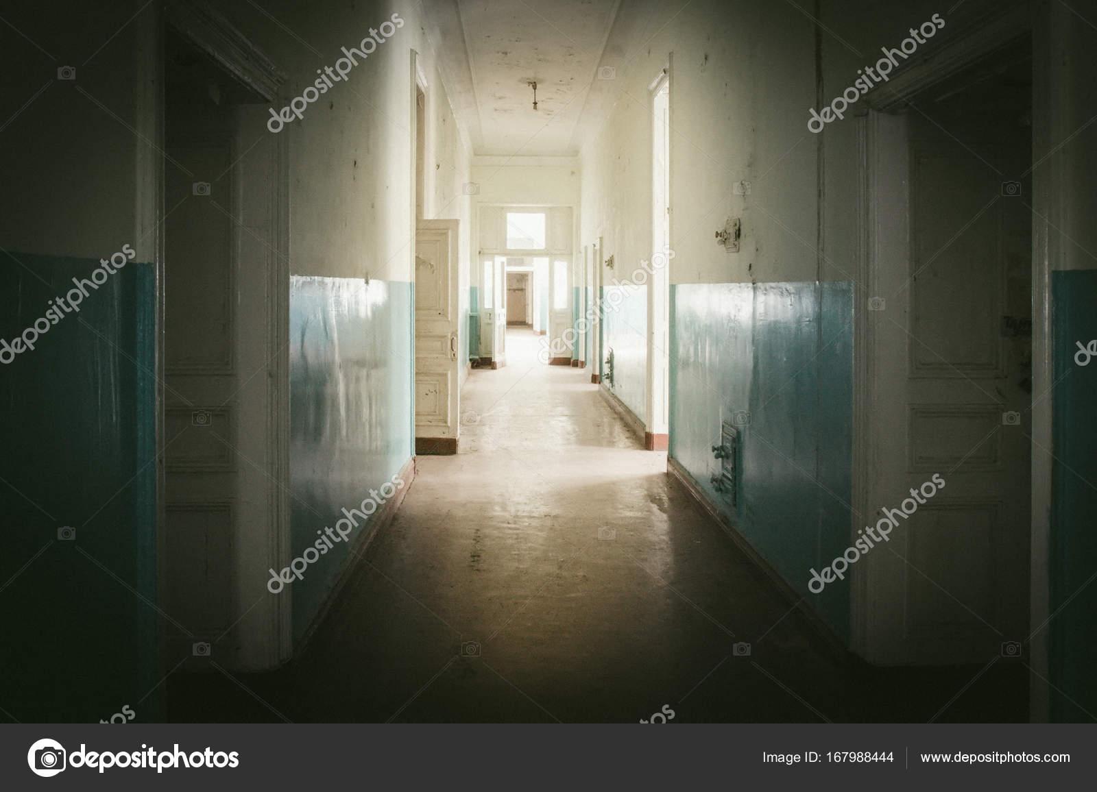Corridoio Lungo Casa : Abbandonato il lungo corridoio e camera in vecchia casa u foto