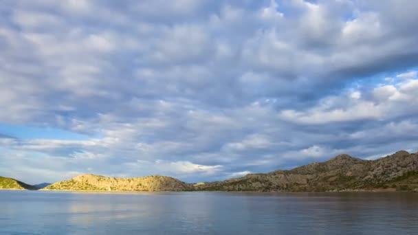 Deniz ve ada üzerinde bulutların gündüz Timelapse Türkiye