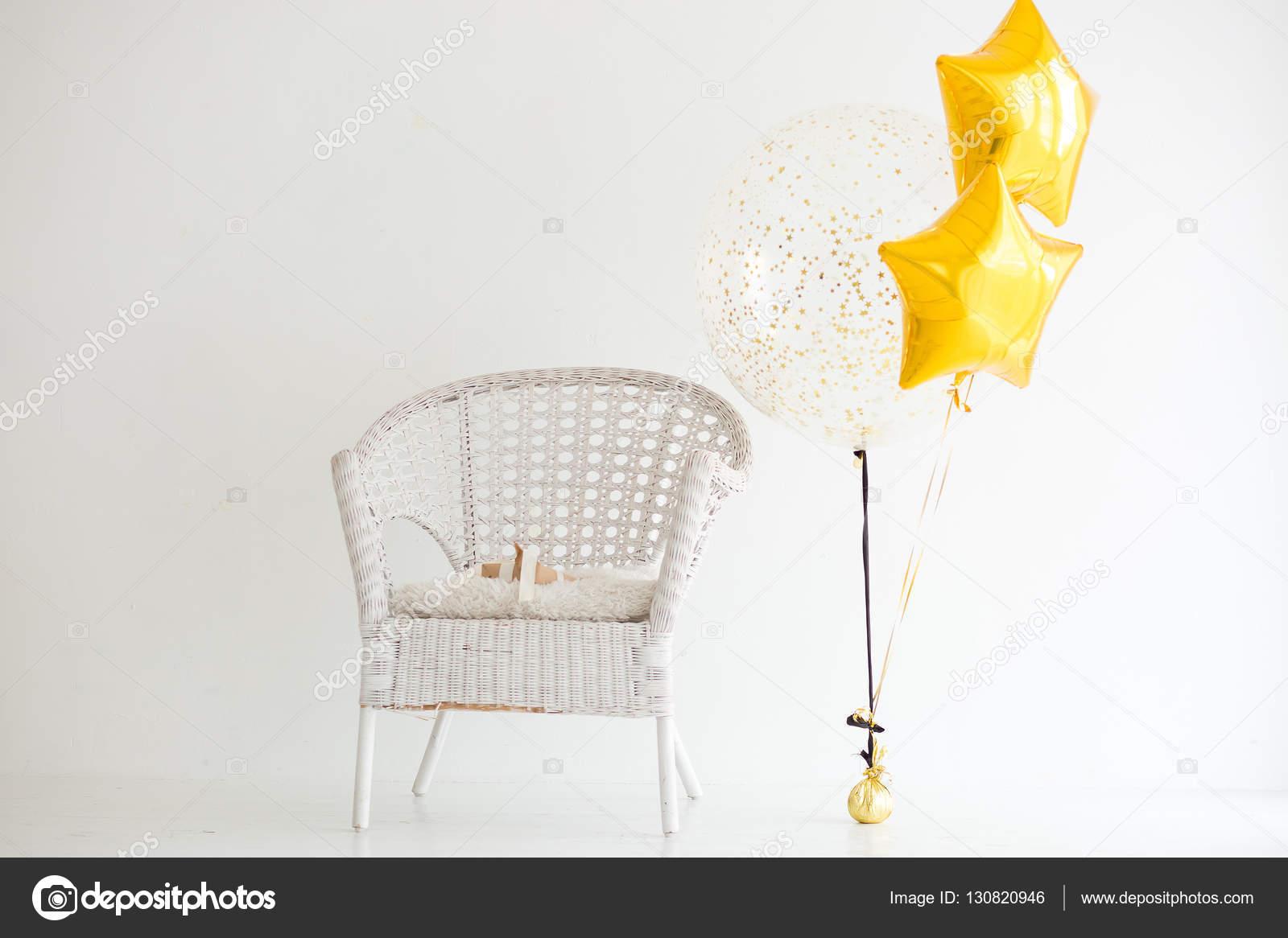 Witte Rieten Stoel : Witte rieten stoel en feestelijke ballonnen close up op een witte