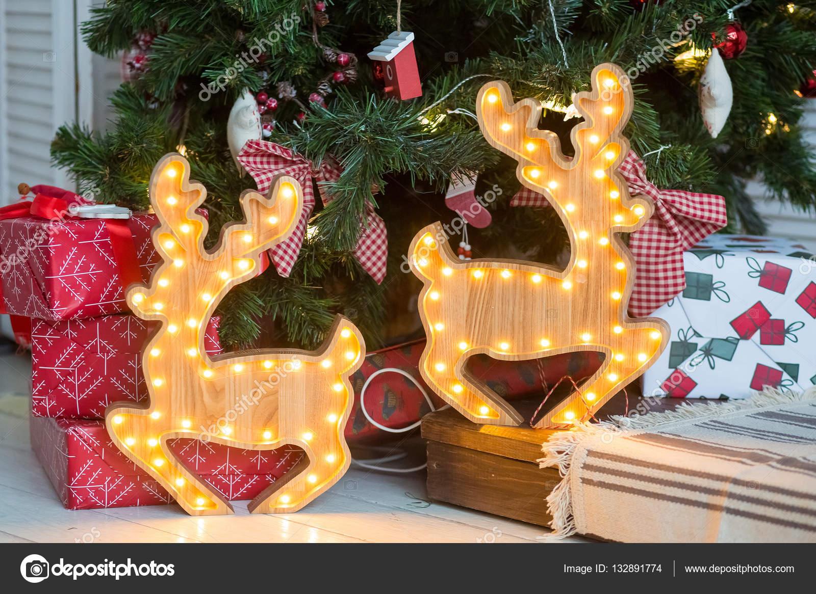 Weihnachtsbaum mit holzfiguren
