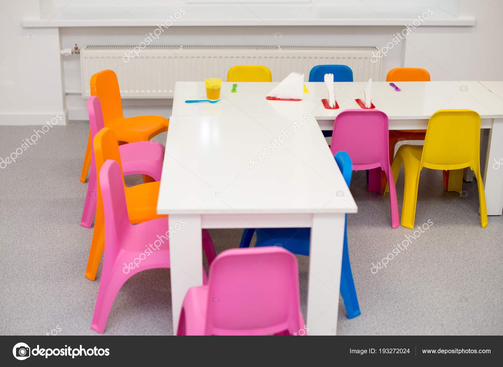 Modernes interieur für das kinderzimmer in hellen farben. regale an