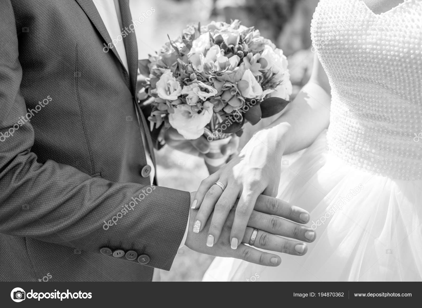 Hande Und Ringe Auf Hochzeitsstrauss Stockfoto C Alex Itskovich