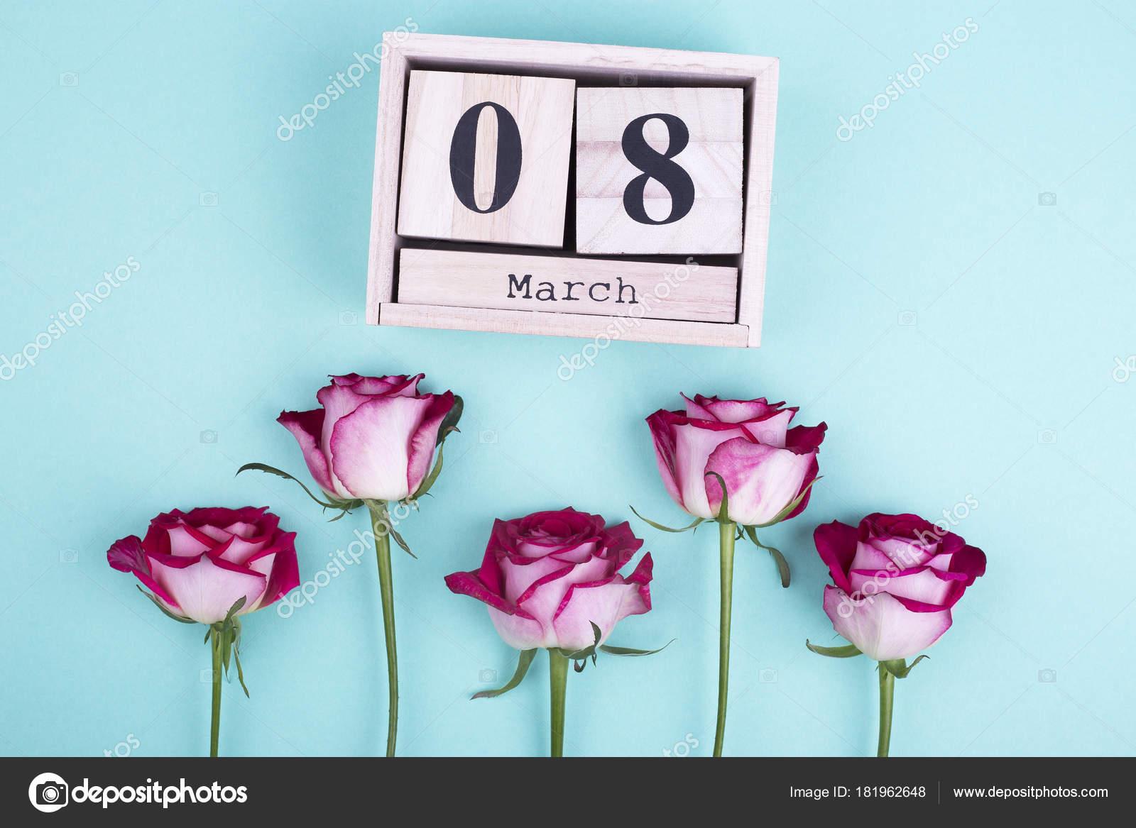 Calendario Ua.Calendario De Madera Grandes Y Rosas Foto De Stock C Elenaruban Ua