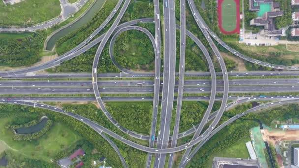 Letecký pohled na dálnici a nadjezd ve městě