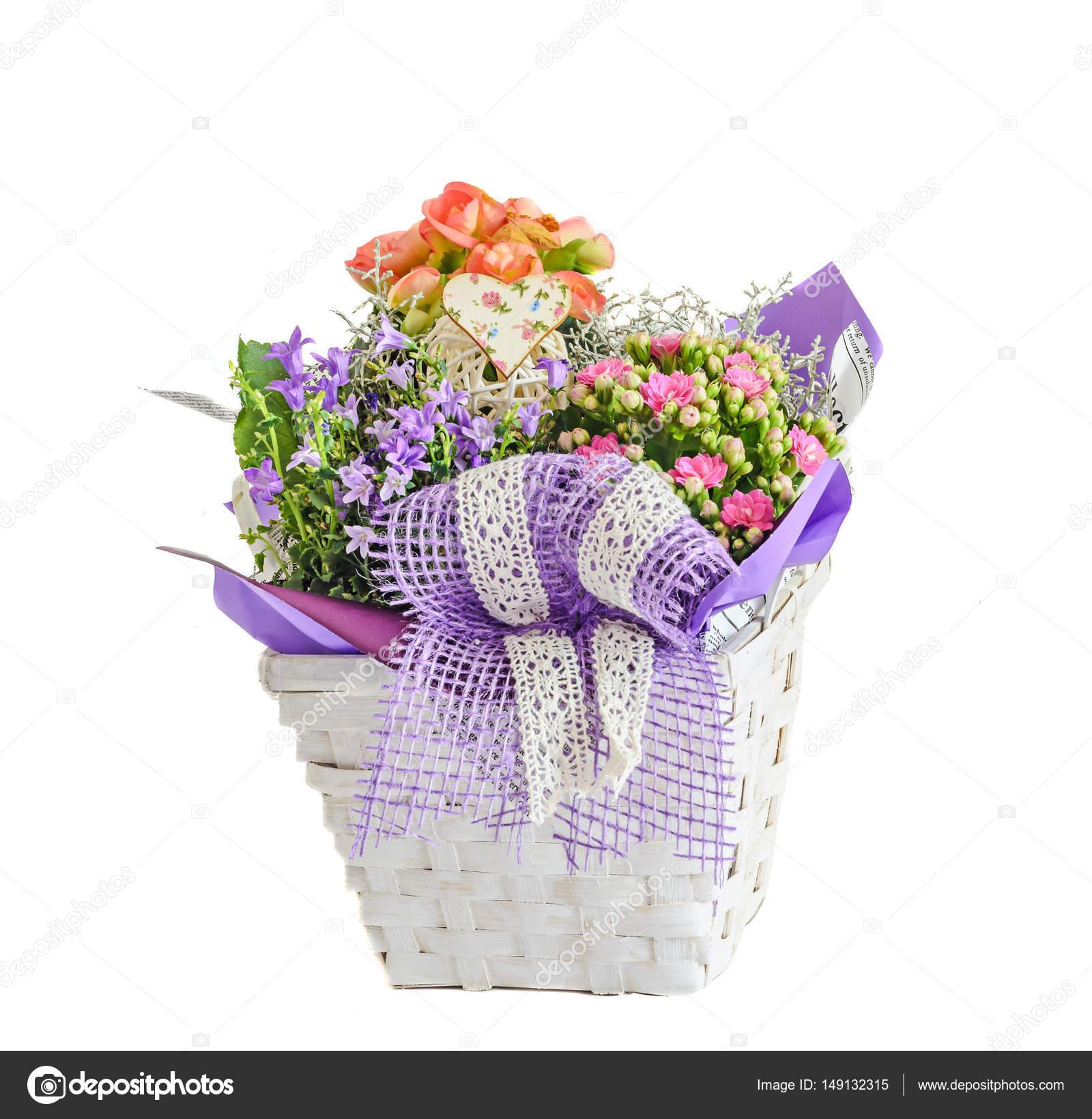 Arreglo Floral En Canasta Blanca Con Flores De Malva
