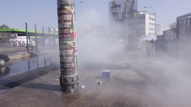 Santiago, Chile - 19. dubna 2018: Pořádkové policie vozidlo spreje slzný plyn do demonstrantů blízko univerzity Santiago během demonstrace náročný konec zisk v oblasti vzdělávání