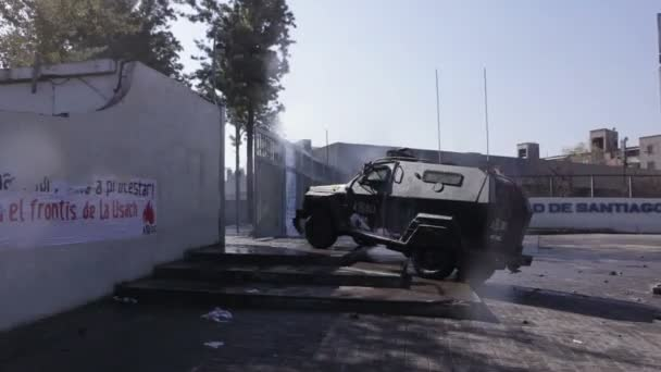 Santiago, Chile - 19. dubna 2018: Pořádkové policie obrněné vozidlo bloky vstup univerzity Santiago během demonstrace náročný konec zisk v oblasti vzdělávání
