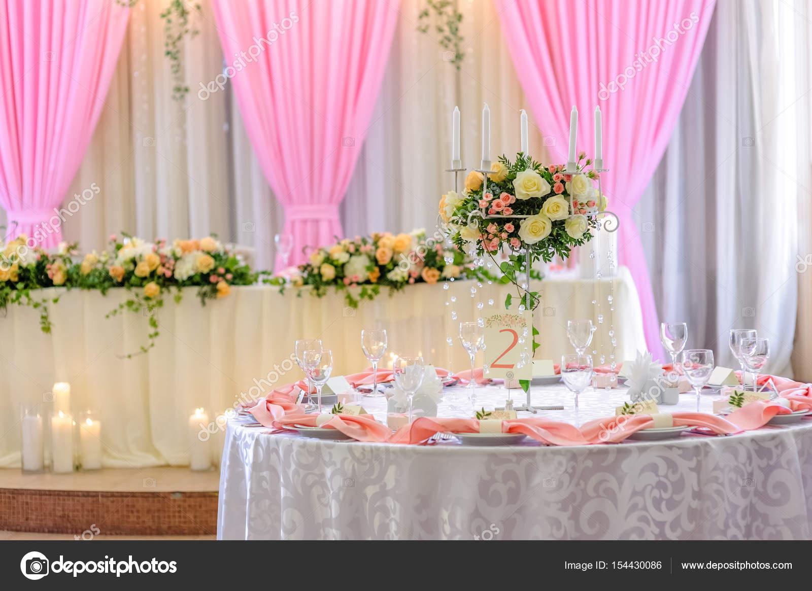 Hochzeit Tischdekoration Und Blumenherz Stockfoto C Yanam79 154430086