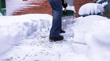 Snow cleaning by shovel.