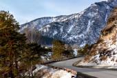silniční vítr mezi horami a horskou řekou