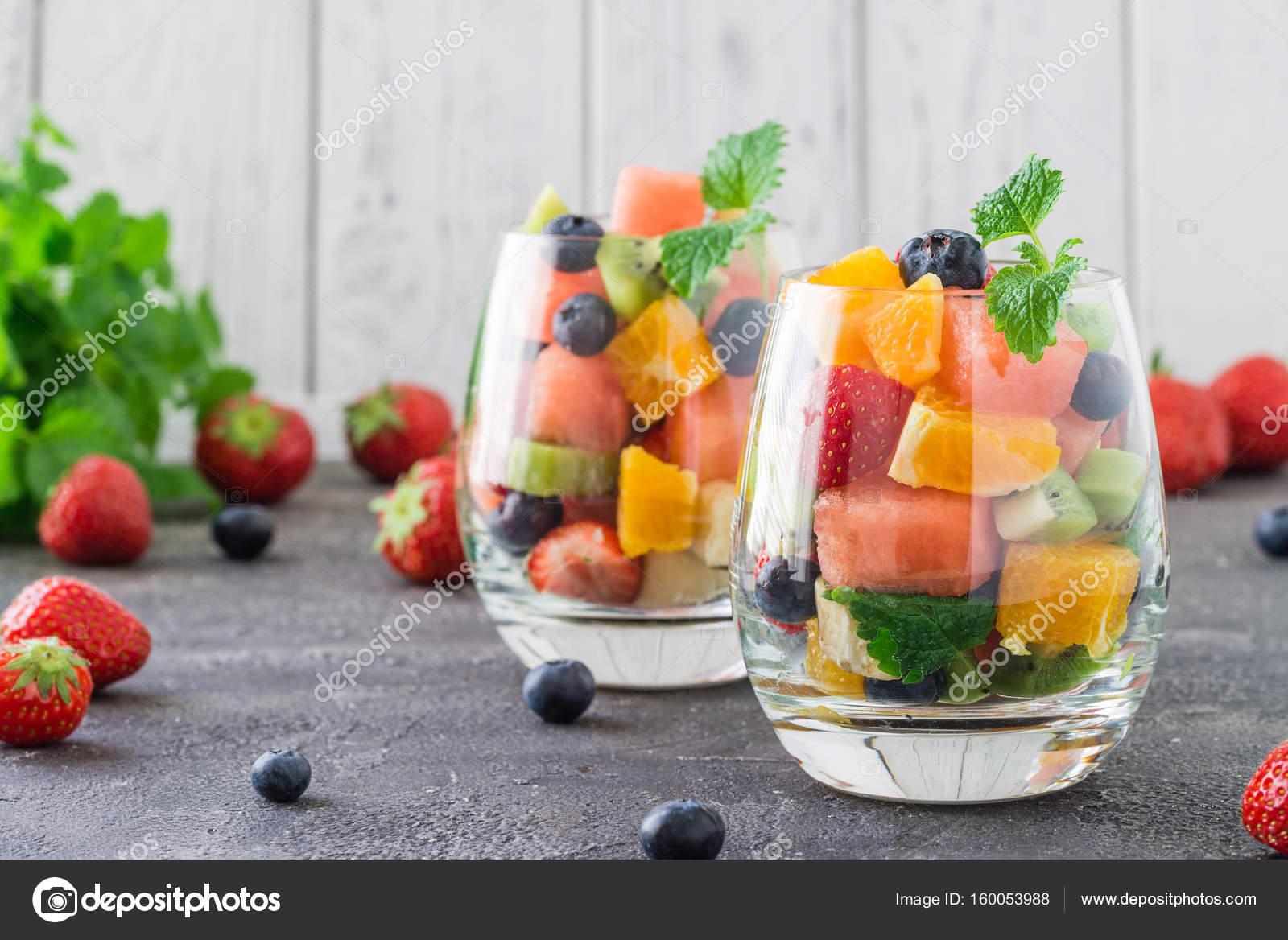 Ensalada de frutas en cristal Foto de stock apetrychgmailcom