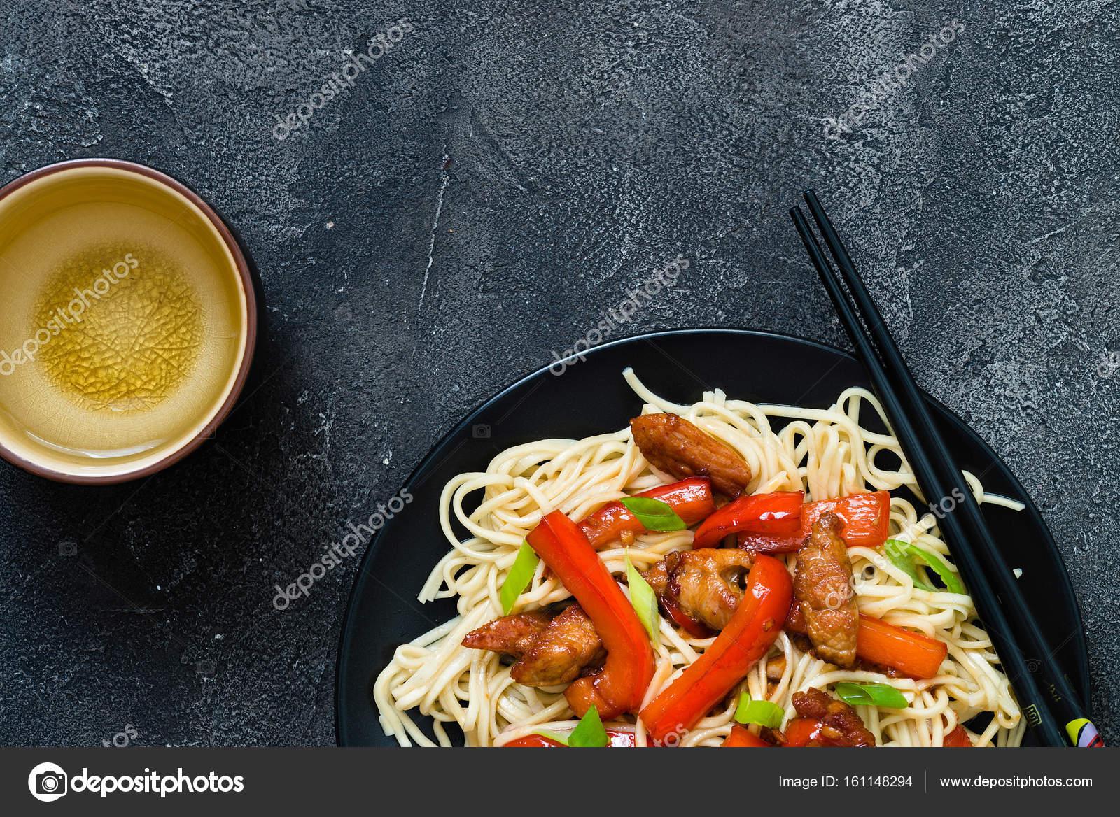 Revolver de Szechuan cerdo frito con pimiento rojo y cebolla verde ...