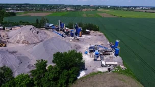 Metallkonstruktionen einer Asphaltfabrik. Das Territorium des Unternehmens mit dem Baumaterial. Luftaufnahme von oben.
