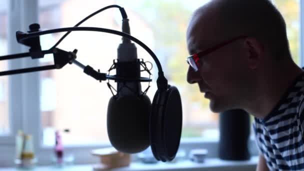 Photo Man speaking to microphone