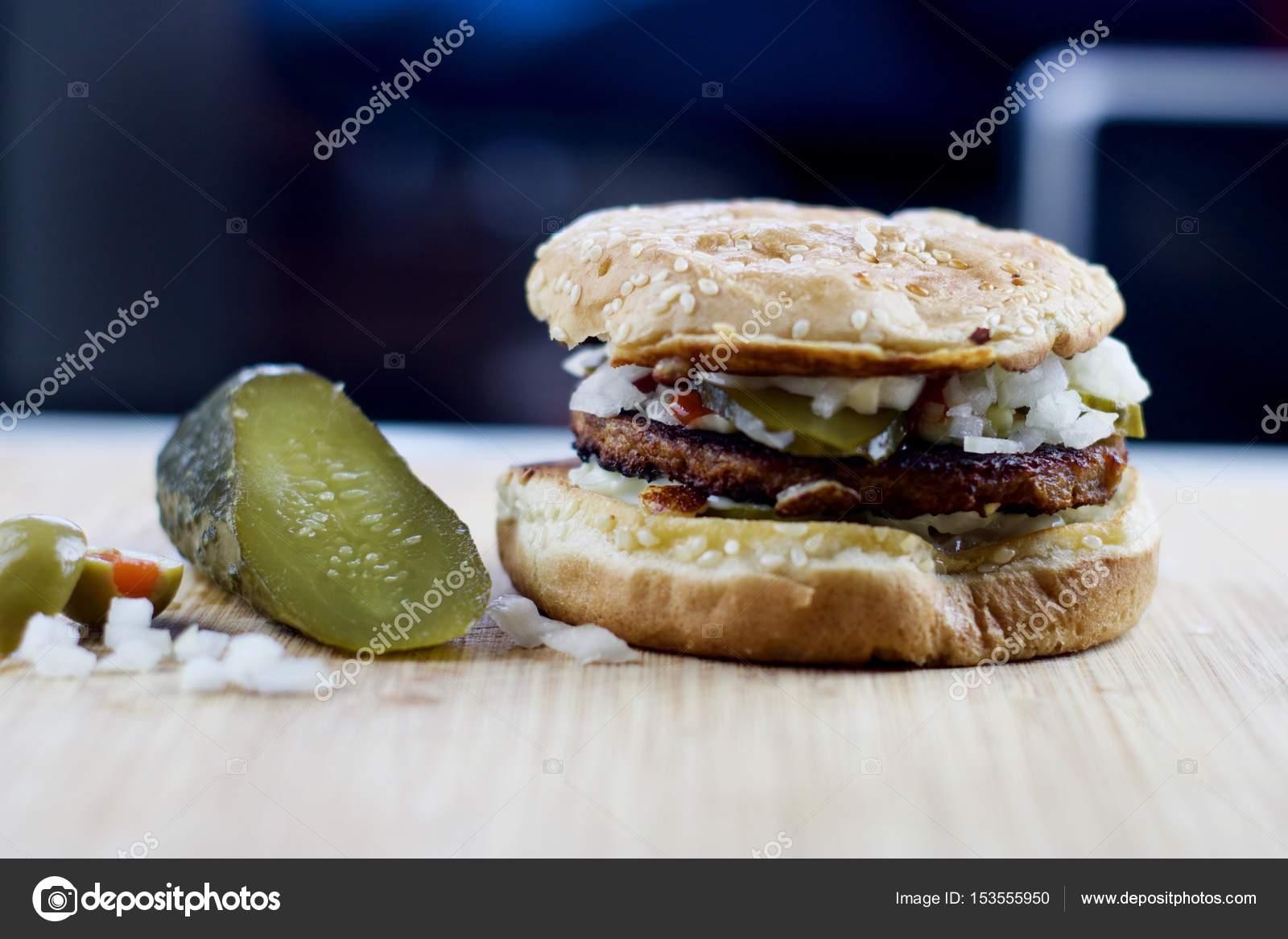 Hamburger végétarien sur le bureau u photographie adriantoday