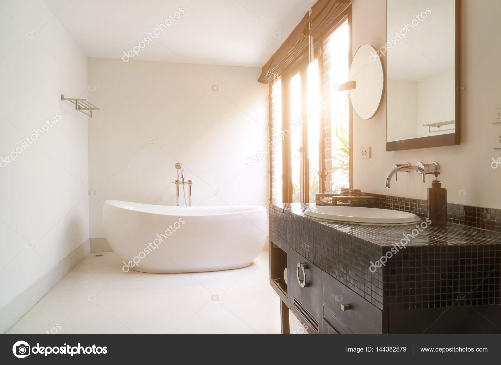 Vasca Da Bagno Bloccata : Interno del bagno moderno con vasca da bagno ovale bianco u foto