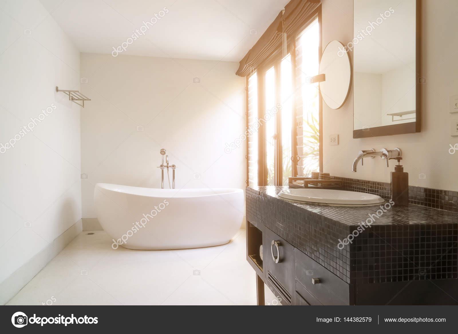 https://st3.depositphotos.com/1219867/14438/i/1600/depositphotos_144382579-stockafbeelding-moderne-badkamer-interieur-met-wit.jpg
