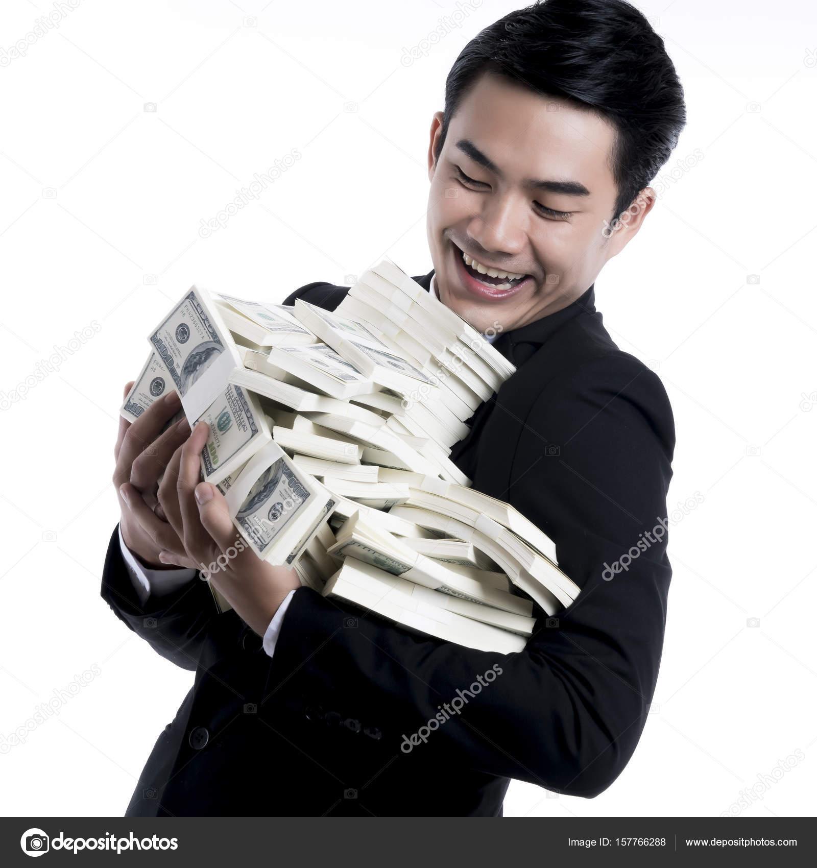 Portrait du jeune homme d affaires détenant et en regardant un gros tas de  dollars dans ses bras avec grand sourire sur backgroun blanc — Image de  pixs4u dbd8a300c99