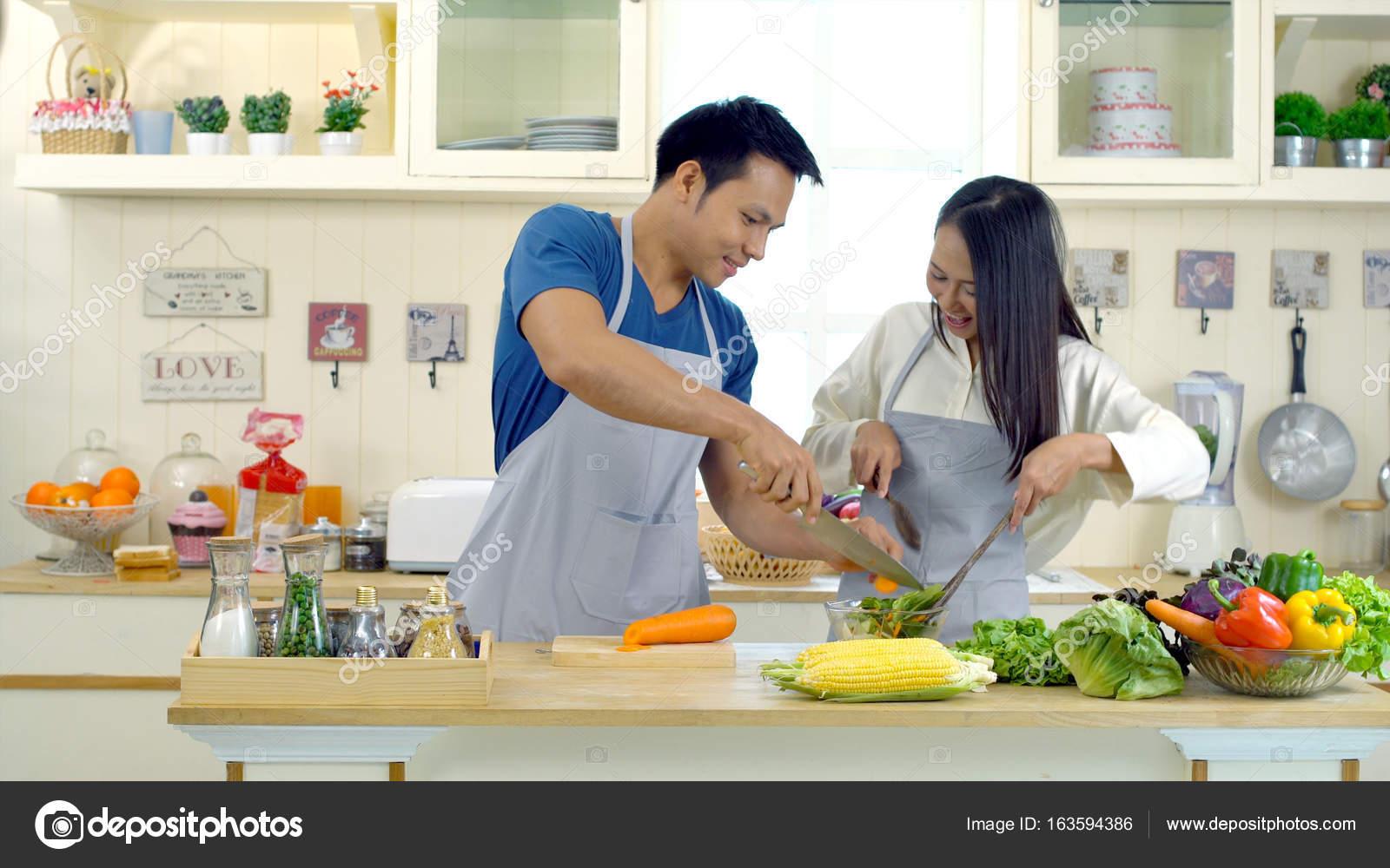 Junge Asiatische Paar Sind Beim Kochen In Der Kuche Hanseleien