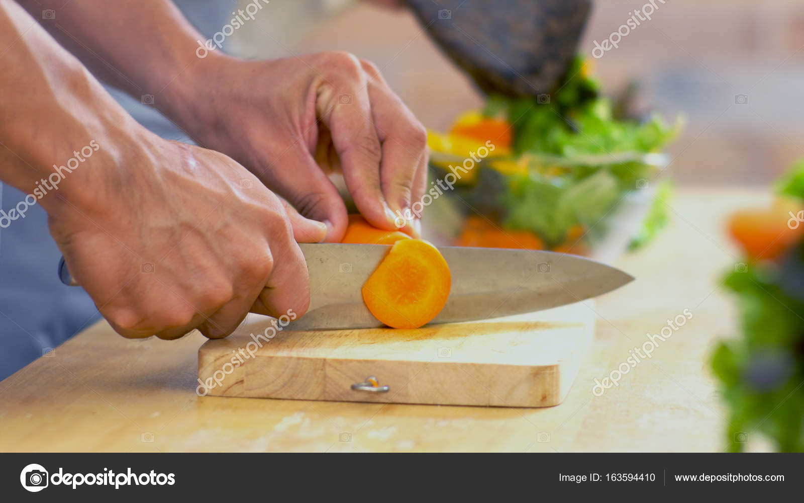 nahaufnahme der hand des mannes ist die karotte in das glas