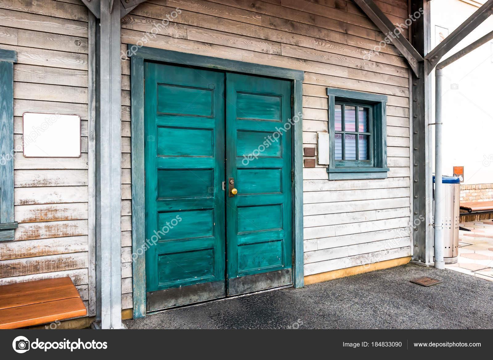 La vieja madera ventana puerta y cristal en marco — Fotos de Stock ...