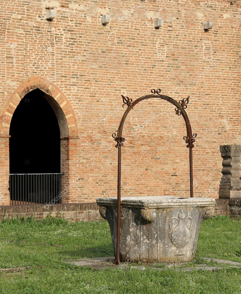 Antico Pozzo Per Raccogliere Lu0027acqua Piovana Nel Pomposa Abbey In Italia U2014  Foto Di ChiccoDodiFC