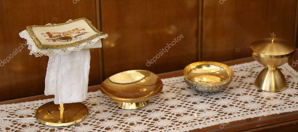 62f67726875 Cáliz Dorado y patena para la comunión durante la Misa de la ceremonia  religiosa católica — Foto de ...