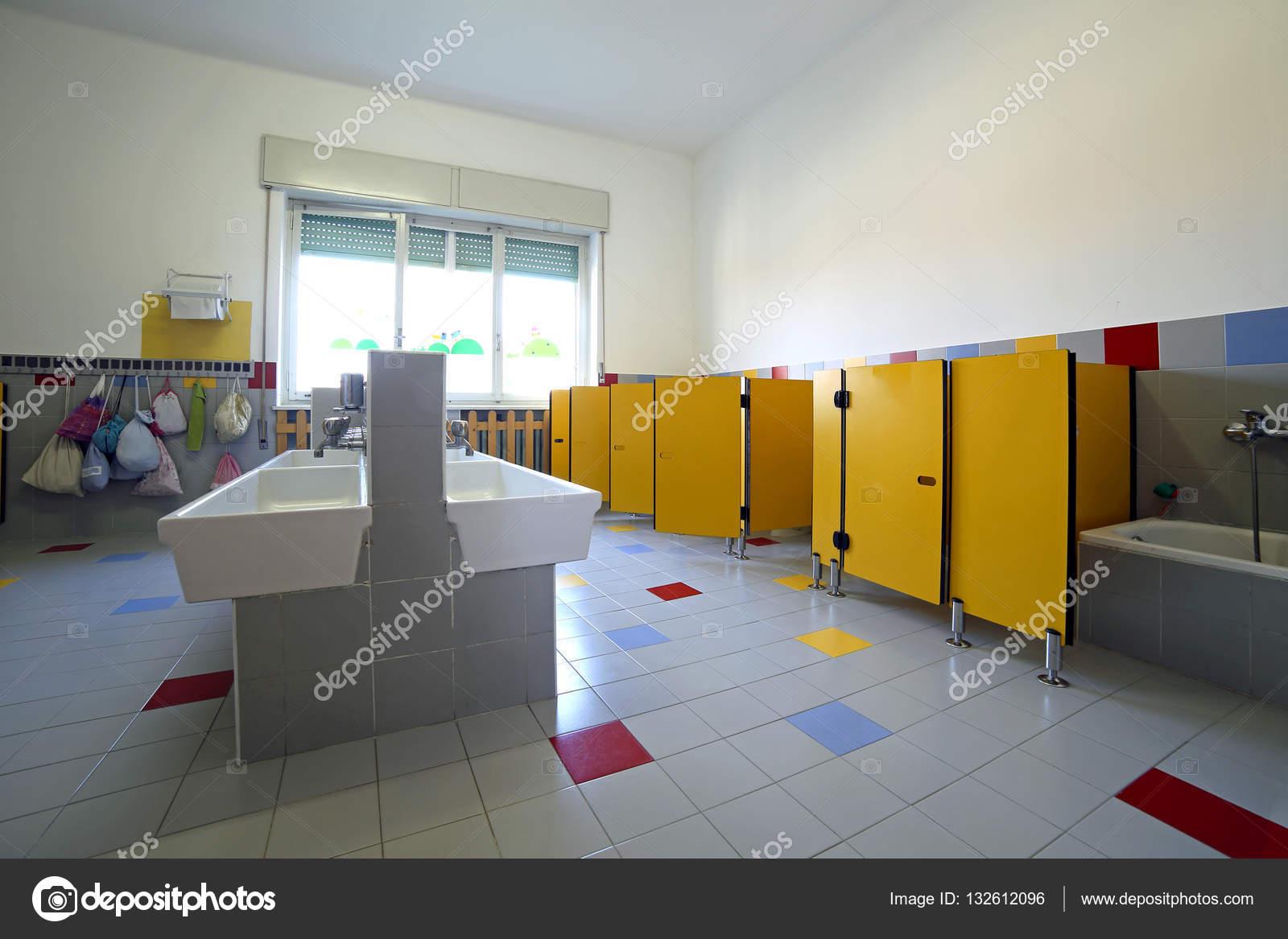 scuola materna di bagno con lavandini in ceramica e vasca da bagno ...