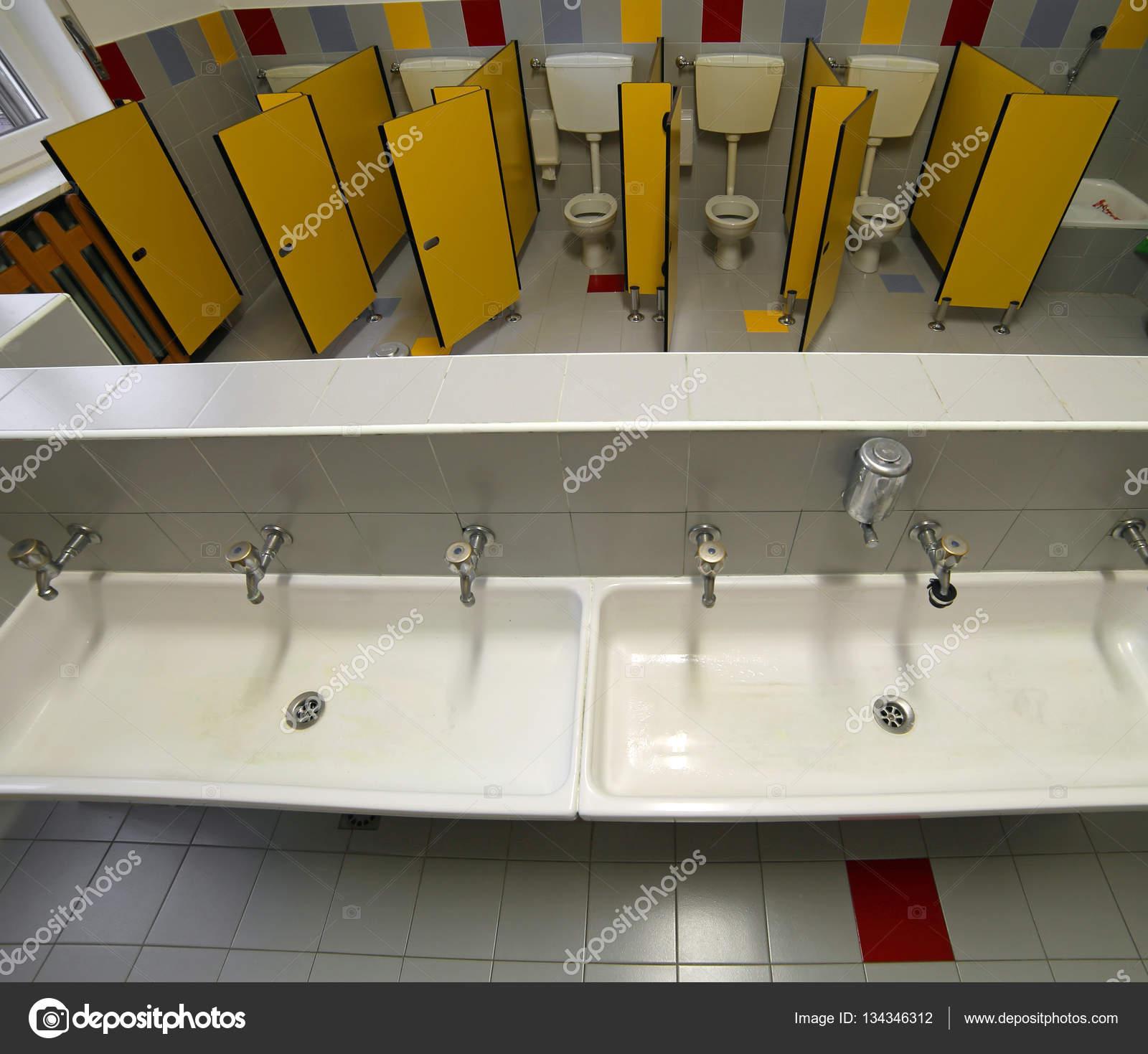 salle de bain d une cole maternelle avec petites toilettes et lavabo en c ramique. Black Bedroom Furniture Sets. Home Design Ideas
