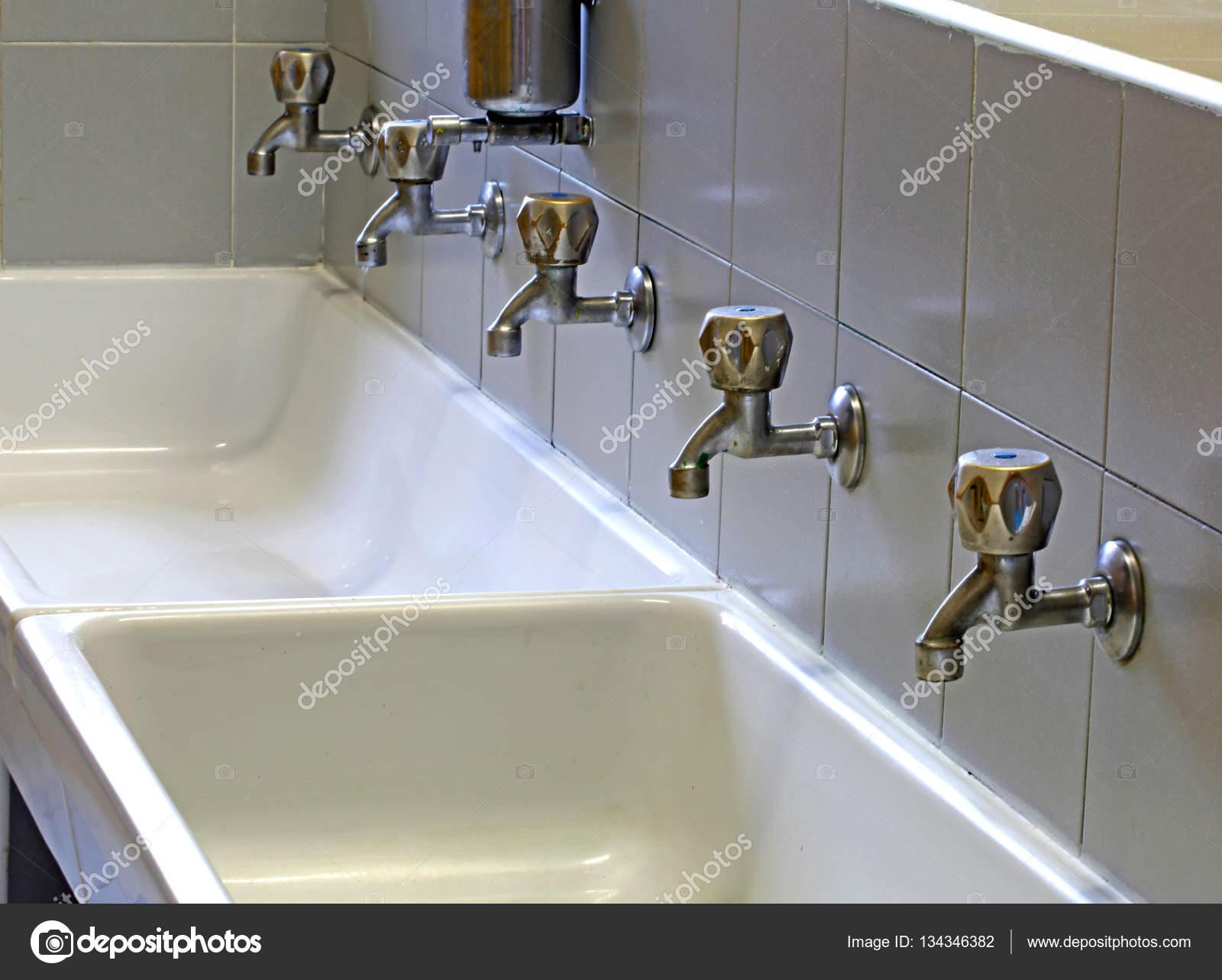 Rubinetti del lavandino in ceramica del bagno della scuola — Foto ...