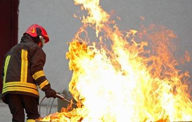 İtfaiyeci br büyük bir yangında kapalı bir eğitim tatbikatı sırasında