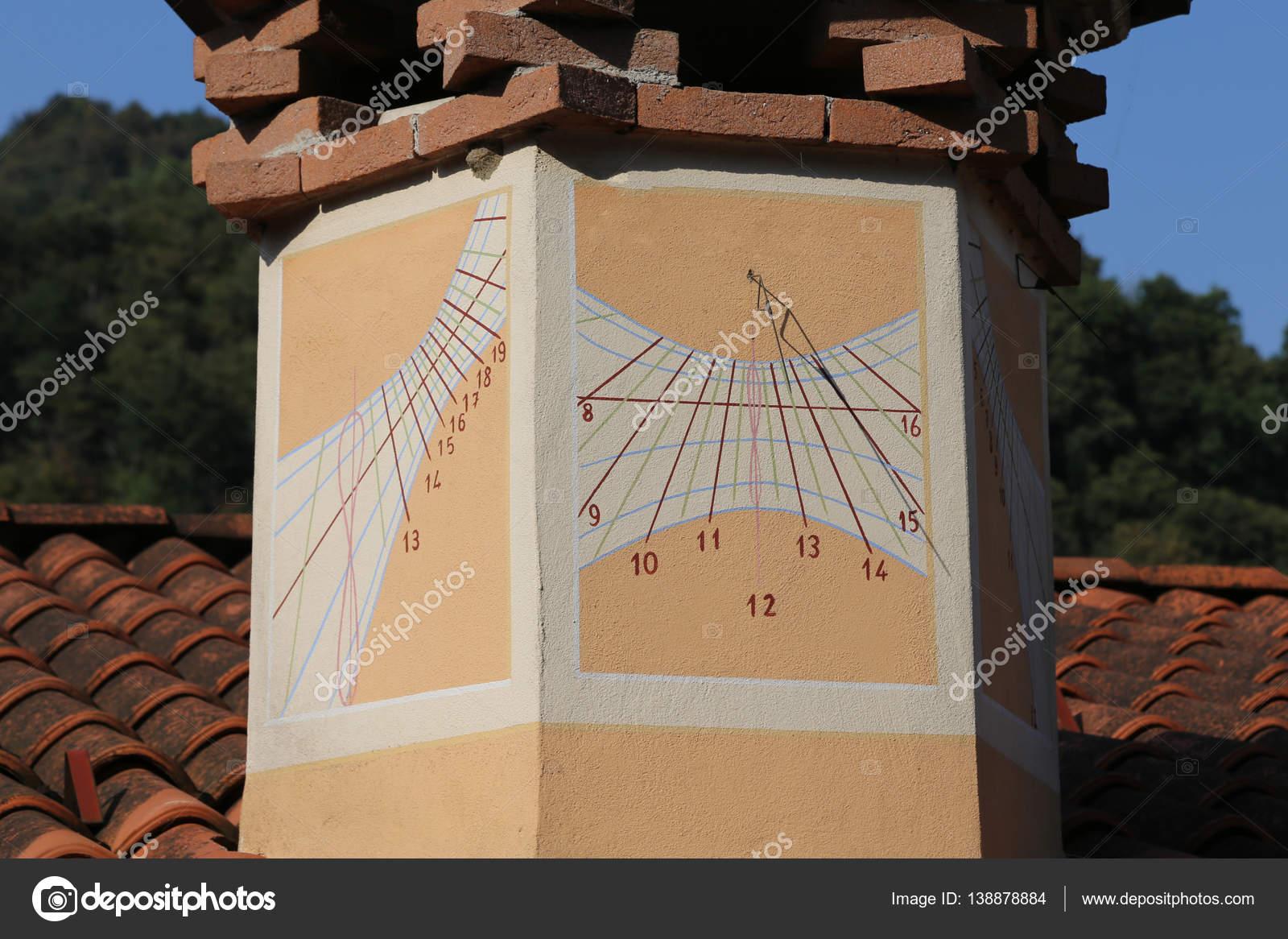 45a28c12d12 Antigo relógio de sol com números de hora na chaminé de uma casa ao sul  oeste — Foto de ChiccoDodiFC